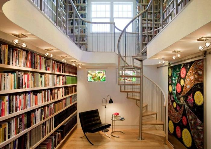 escalera metálica, sala de lectura con biblioteca grande y sillón, escalera de caracol metálica con barandilla