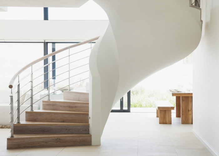 escalera metalica, salón moderno con ventanas grandes, grande escalera de caracol hecha de hormigón y madera, barandilla de metal