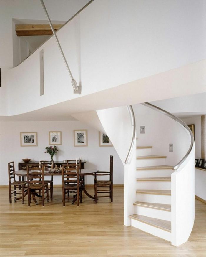 escaleras de interior, comedor con mesa y sillas de madera, escaleracaracol de hormigón con barabndilla metalica