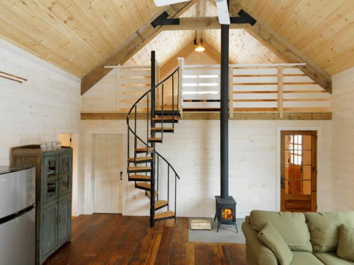 escaleras de caracol, casa en estilo rústico, chimenea pequeña, techo con tarima, balcón interior, escalera de caracol con barandilla de metal