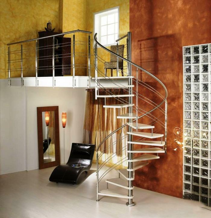 escaleras de caracol, salón pequeño con paredes pintadas en color amarillo y naranja, balcón interior, escalera de caracol metálica