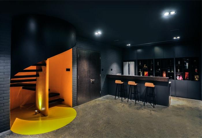 escaleras de caracol, cocina con barra abierta al salón, paredes y techo negro, escalera de caracol negra con pared amarilla