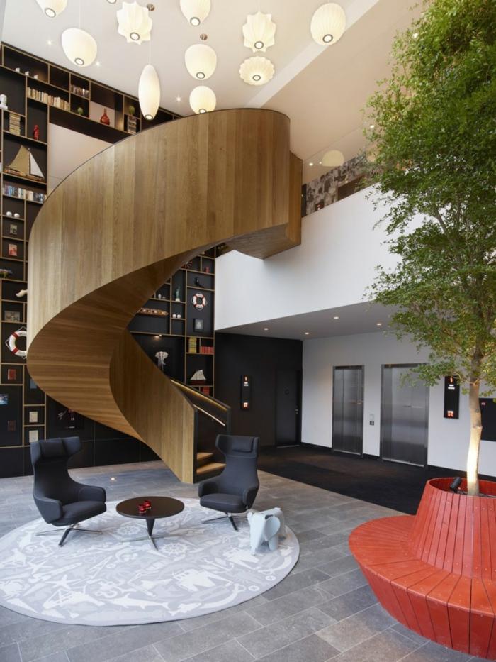 escaleras de caracol, interior moderno, techo alto y biblioteca grande, escaleras de caracol con barandilla masiva de madera
