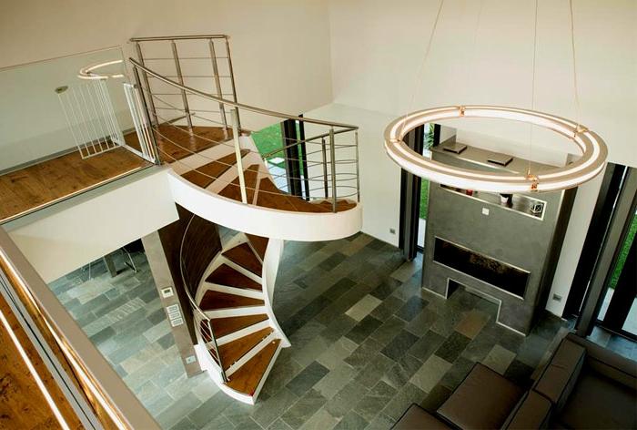 escaleras de caracol, casa con suelo de piedra y chimenea, escalera de caracol grande con escalones de madera y barandilla de metal