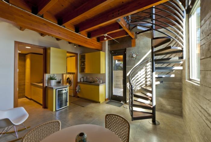 escalera caracol, cocina con comedor, decoración sencilla, suelo con baldosas, rayos de sol, escalera de caracol metálica