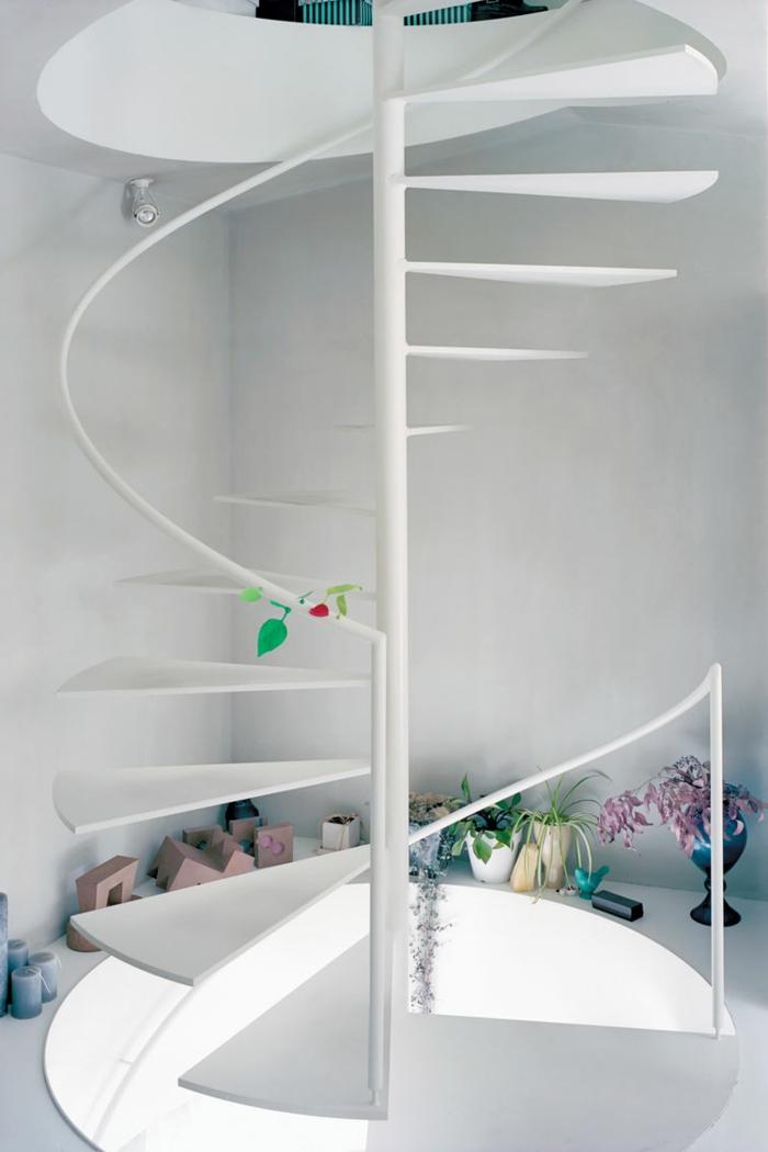 escalera metalica, escalera blanca de caracol, empinada sin barandilla, decoración con flores, espacio entre dos pisos