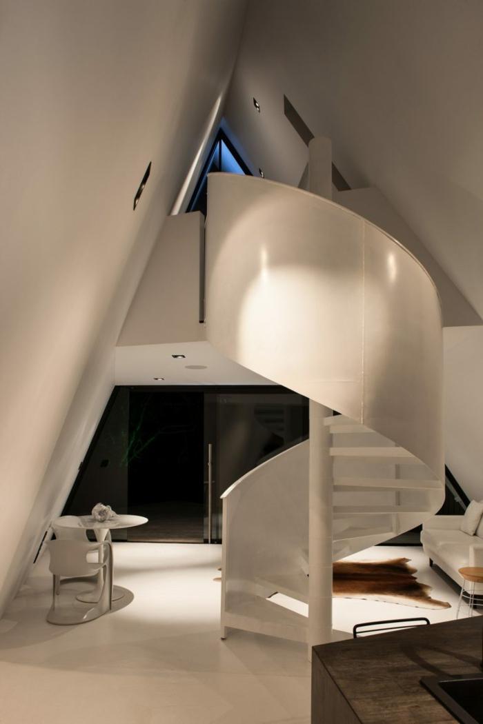 barandillas escaleras, decoración moderna en blanco, techo triangular, escalera de caracol con barandilla masiva