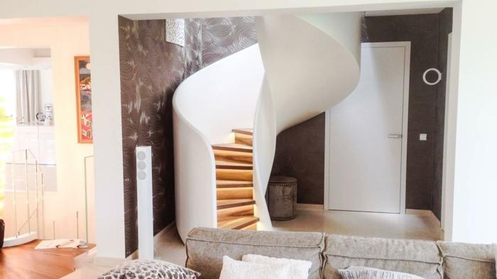 barandillas escaleras, espacio pequeño, salón con sofá, escalera de caracol con barandilla grande blanca, escalones de madera