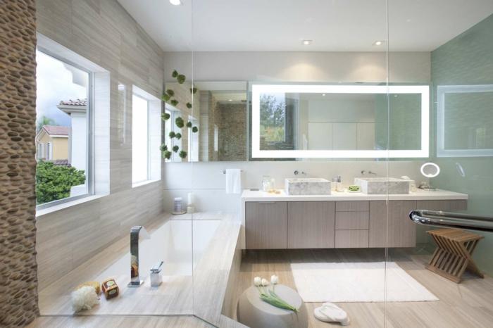 baño grande con puerta de vidrio, muebles baño, bañera rectangular, muebles de madera, ventanas grandes, tapete blanco, tulipanes