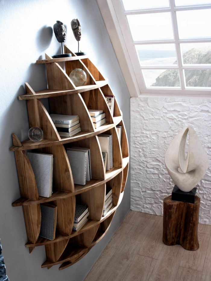 ventana inclinada, habitación con pared en azul celeste, estanteria escalera, librería moderna de madera, estauillas de caras indígenas