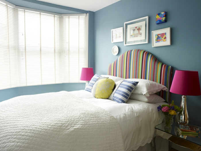 ambiente en tonos claros con detalles en colores llamativos, paredes en azul porcelana, lámpara ciclamen y cuadros vintage