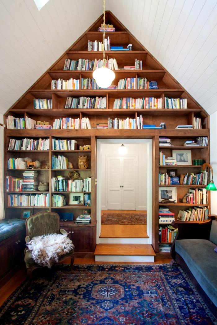 habitación con techo triangular con tarima blanca, estanteria escalera, librería de suelo a techo con estantes de madera, alfombra persa, puerta abierta al recibidor