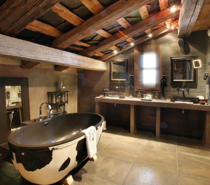 azulejos para baños en beige, ambiente moderno con toque rústico, baño abuhardillado con bañera de diseño original, techo con vigas de madera