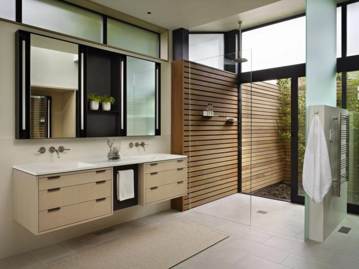 baño con patio, lavabo doble, armario con paredes de espejos, macetas con plantas, muebles auxiliares, ducha de obra con mámpara de vidrio
