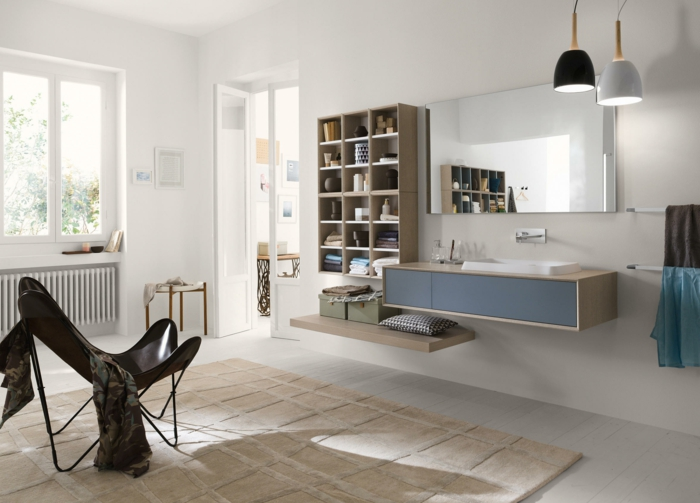 baño moderno, decoración escandinava, muebles auxiliares de baño, estantería grande, espejo rectangular, alfombra beige, silla de plástico, ventana