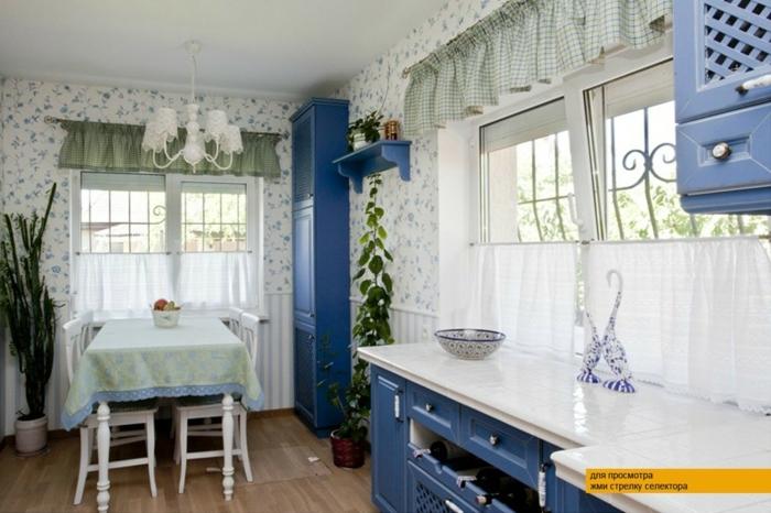 estores para cocina, cocina en estilo provenzal, interior en blanco y azul, paredes con papel pintado con motivos florales