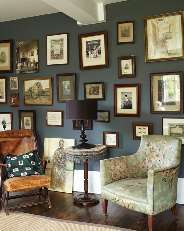 ideas para fotos, precioso salón en estilo vintage con pared pintada en color oscuro y muchos marcos de madera con fotos viejas