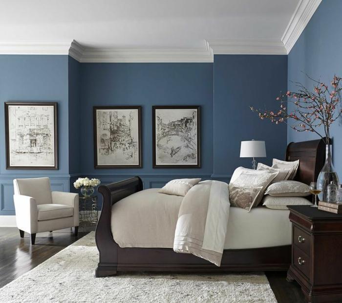 cuadros vintage para decorar una habitación con cama individual hecha de madera, alfombra blanca y suelo de parquet