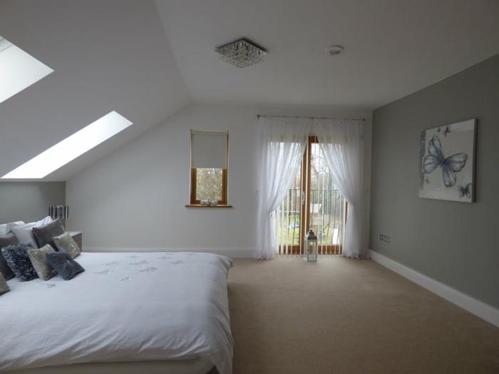 dormitorio colores habitacin claros cuadro decorativo con mariposa cama matrimonio en blanco with buhardillas modernas - Buhardillas Modernas