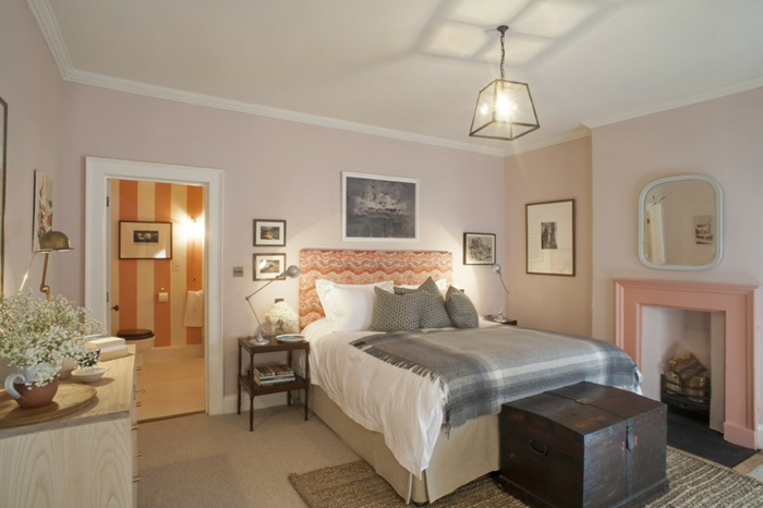 colores habitación cálidos y pasteles, pie de cama vintage, pinturas pequeñas y paredes pintados en rosado