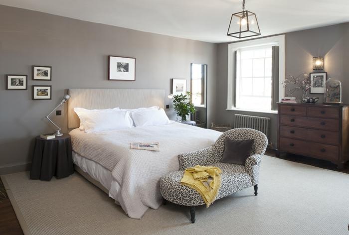 dormitorio moderno, colores habitacion fíos y oscuros, pie de cama moderno con estampado, armario de madera vintage