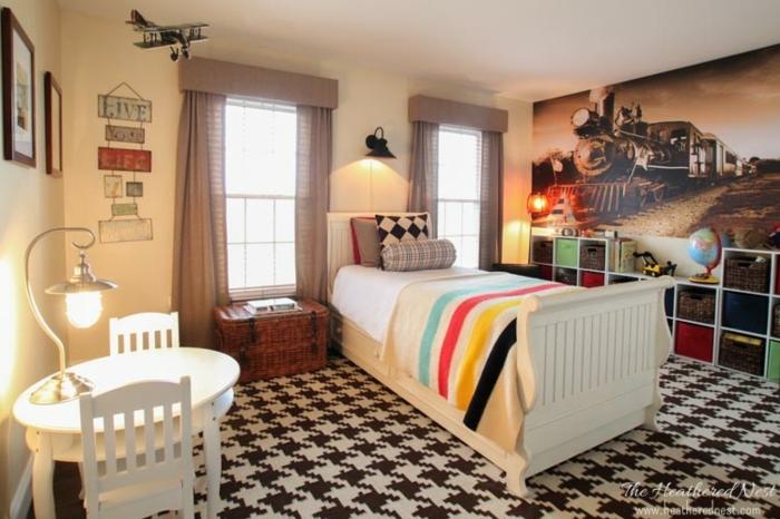 dormitorio individual con cuadros grandes, suelo de moqueta, cortinas vintage en color pastel