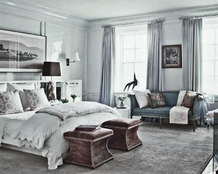 dormitorio en colores fríos y claros, grandes cuadros en las paredes, muebles de estilo vintage y suelo de moqueta