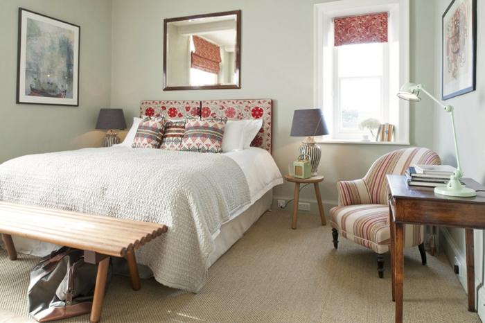 grandes cuadros para decorar una habitación con toque vintage, cama con cabecero, estampado en flores rojos