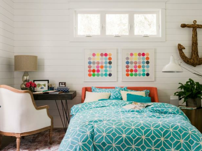 dos cuadros grandes modernos para una habitación en colores claros con elementos y muebles en estilo vintage