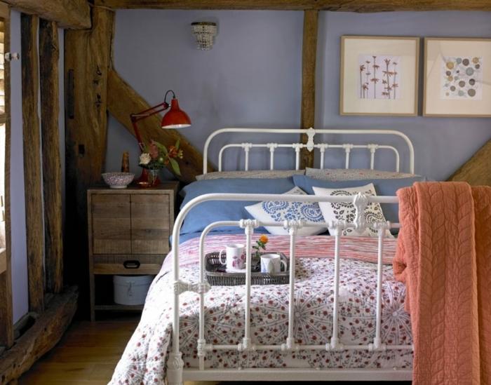 ideas para usar colores habitación en el gama lila, paredes con vigas de madera y pequeñas pinturas decorativas