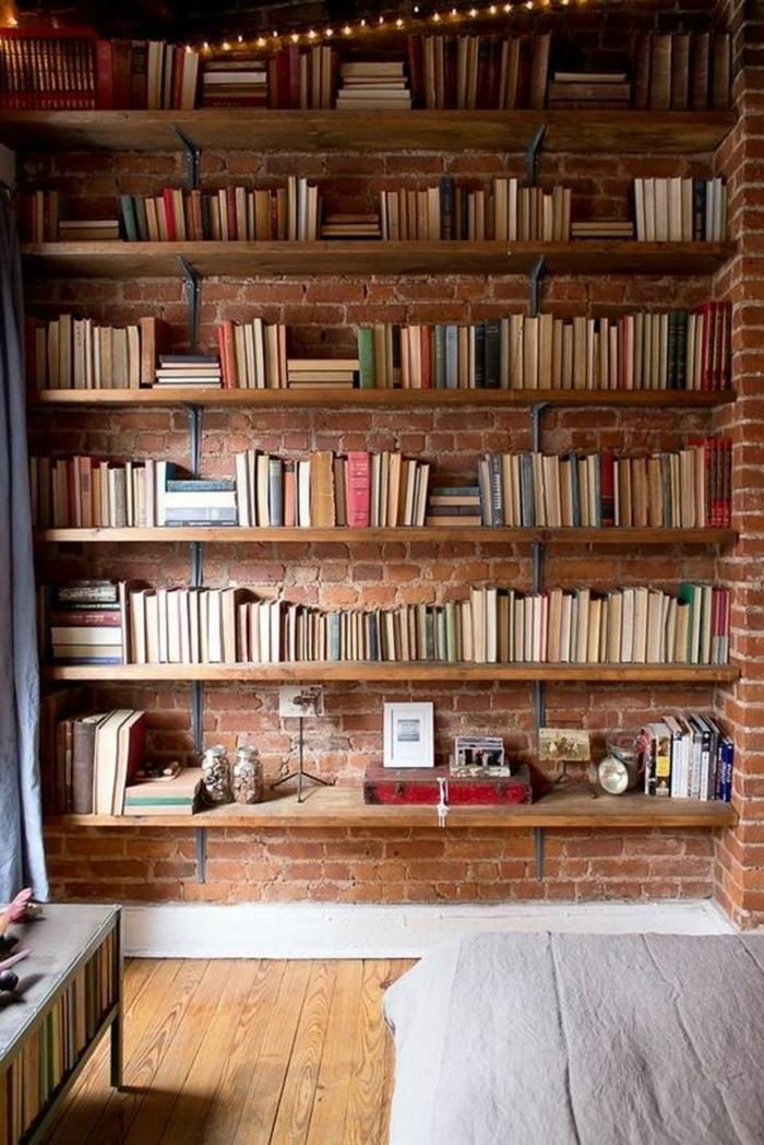 estanteria escalera, dormitorio con pared de ladrillo visto, librería moderna de madera y metal, suelo de tarima, deocracion moderna