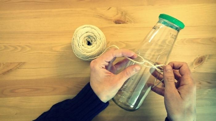 como decorar una botella de cristal con hilo de cañamo, botella dibujo para decorar el hogar, manualidades para regalar