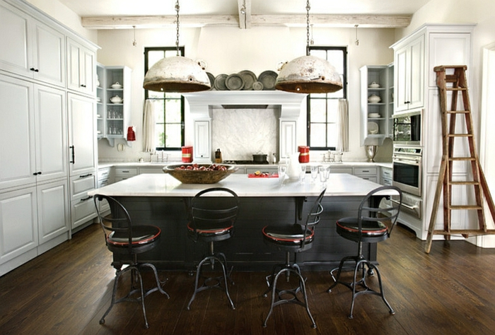 preciosa propuesta de diseño en estilo industrial, cocina comedor en blanco con suelo de parquet en tono oscuro, grande barra que sirve de mesa