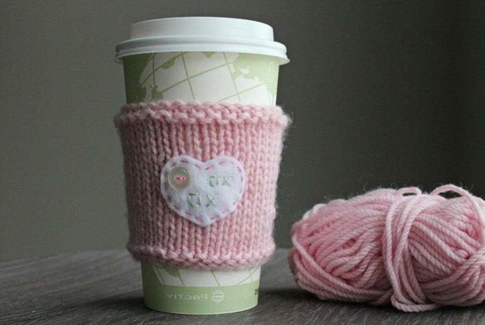 abrigo de tazas original de tejido a ganchillo, hilo color rosa y pequeño ornamento en forma de corazón, sorpresas romanticas DIY