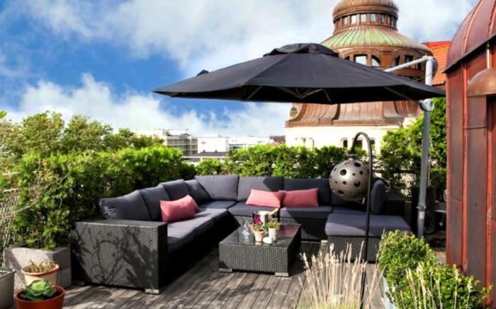 ejemplos de terrazas modernas decoradas con plantas verdes y muebles funcionales de diseño contemporáneo