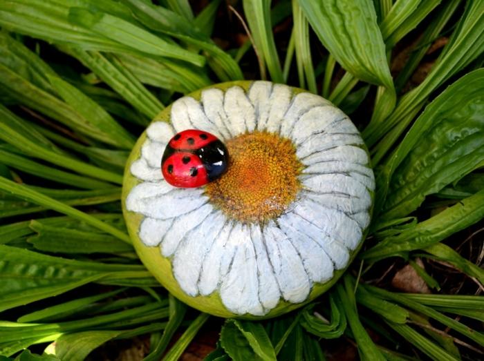 pintar con acrilico, idea de decoración de jardín, piedra pintada como margarita con otra piedra menor en colores de mariquita