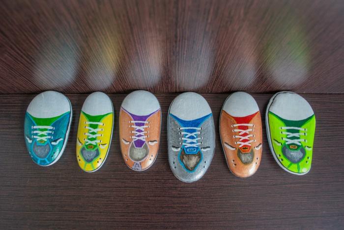 pintar con acrilico, composición con piedras planas de igual tamaño pintadas como zapatillas de colores, decoración divertida