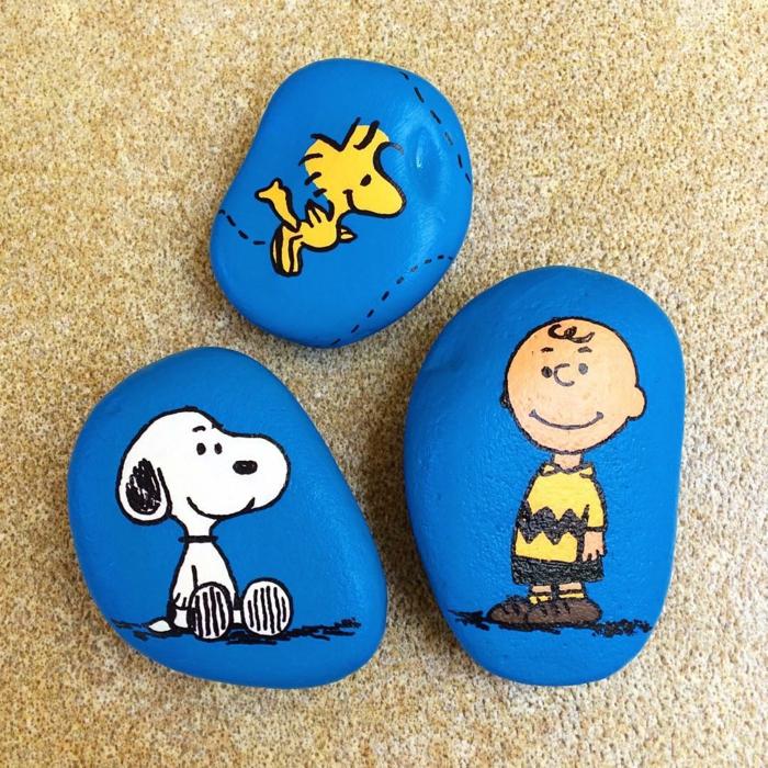 pintar con acrilico, manualidades de niños, piedras pintadas con los personajes con la pelicula Peanuts, azul, blanco y amarillo