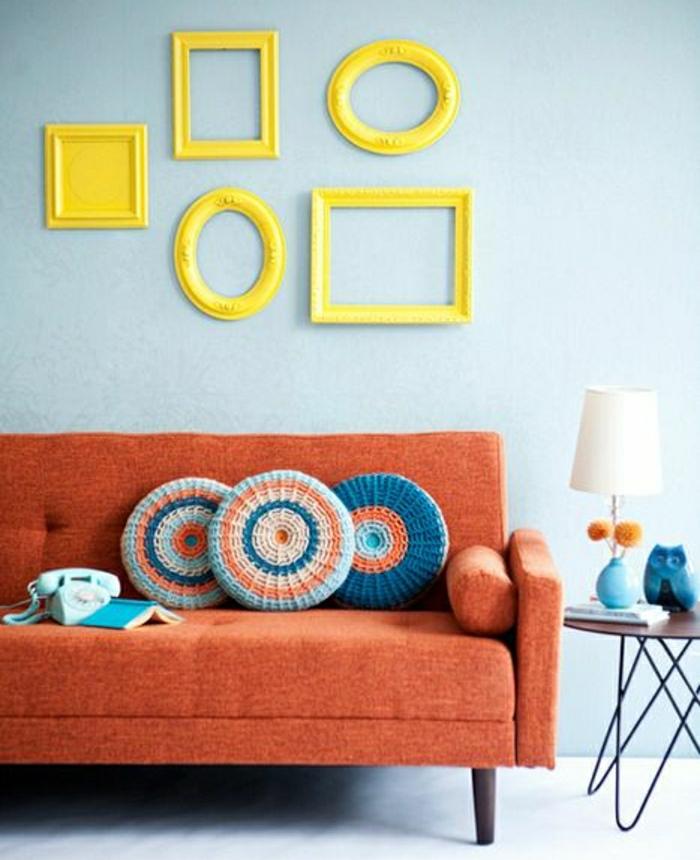 ideas para fotos, interesante interior en colores llamativos, sofá vintage en anaranjado y marcos de fotos en amarillo sin fotos