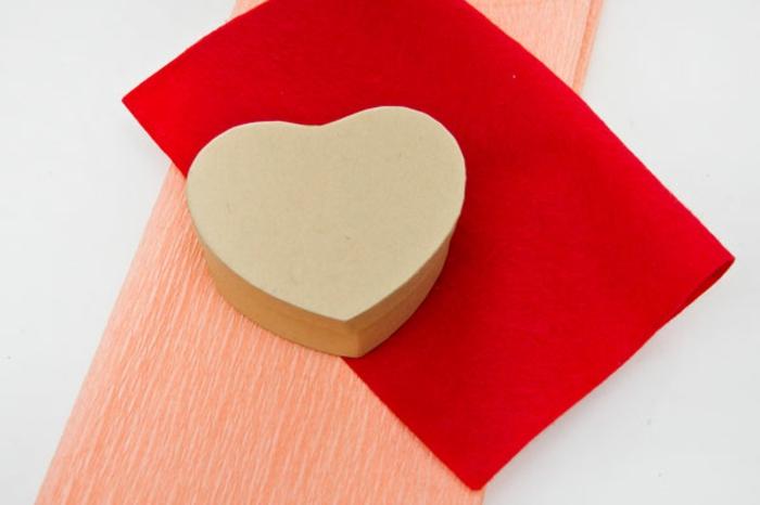 materiales necesarios para hacer una mini piñata para san valentin, cajita de cartón, papel crêpe, tela, regalos san valentin, tutorial manualidades