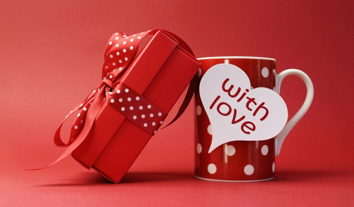 regalos san valentin, taza de té roja en puntos blancos, tarjeta de amor en forma de corazón, idea de regalo para tu novio