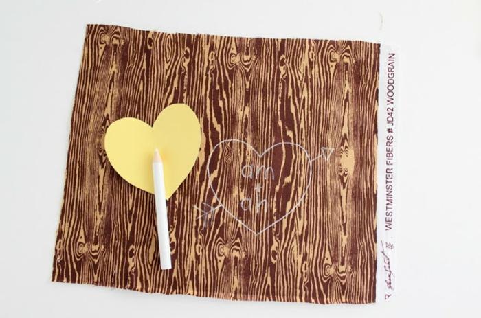 regalos san valentin, lápiz blanco, plantilla corazón, tela con aspecto de corteza de árbol, tutorial para un regalo hecho a mano, letras bordadas