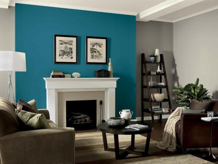 pintura para paredes, decoración salón, pared azul de acento, chimenea, escalera decorativa, cuadros con herbario, muebles marrón