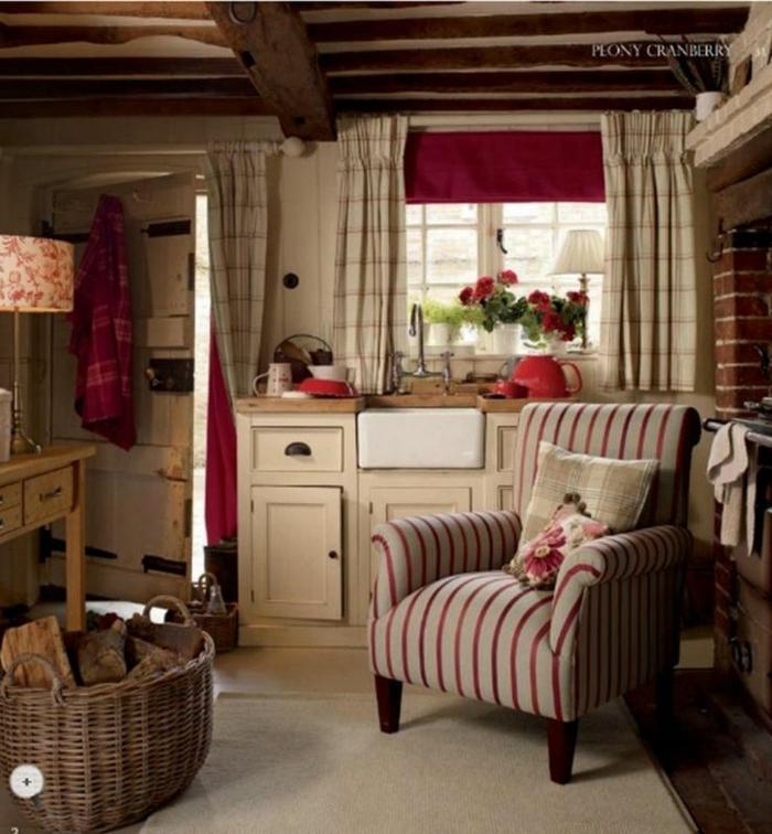 estores para cocina, cocina pequeña y acogedor en estilo rústico, techo con vigas de madera, armarios de madera pintados en beige