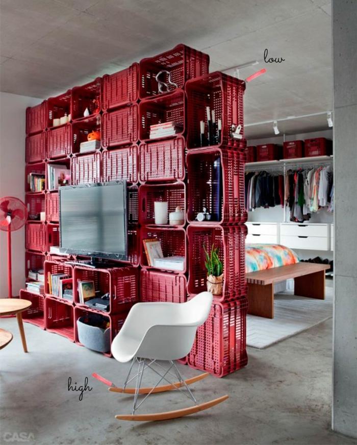 separadores de ambientes, idea interesante con materiales reciclados, salón dividido del dormitorio con cajas rojas, ideas originales para el hogar