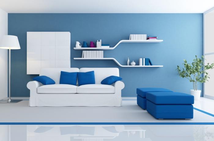 ideas de decoración moderna, que colores se llevan para pintar un salon, paredes en azul celeste y blanco, suelo laminado, mucha luz natural, sofá y taburetes en blanco y azul