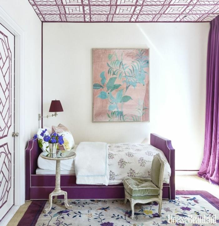 propuestas de encanto con grandes cuadros, pintura con motivos botánicos, ambiente decorado con detalles en morado
