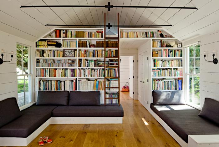 estanteria escalera, salón grande, biblioteca de suelo a techo, madera blanca, escalera desplazable, techo triangular con tarima blanca, interior rústico