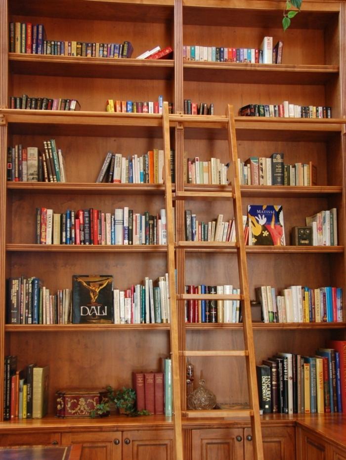 librería de madera con parte inferior cerrada, estanteria escalera, escalera de mano, idea de decoración, libros y casettes musicales,
