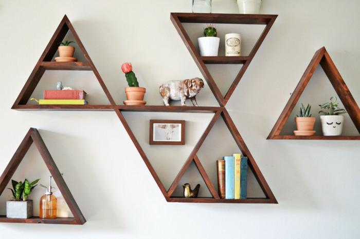 librería decorativa, modulos en forma de triángulo, estanterias de madera, decoración con libros, cáctus y estatuillas